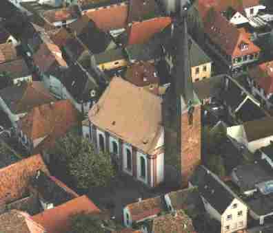 St. Georgskirche mitten im Dorf